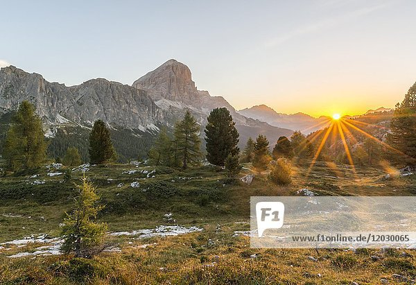 Sonnenaufgang vor Gipfeln Col dei Bos und Tofane  Passo Falzarego  Falzaregopass  Dolomiten  Südtirol  Trentino-Alto Adige  Italien  Europa