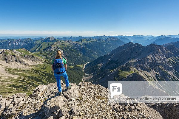 Wanderin blickt auf Berge und Alpen  Blick vom Hochvogel  rechts Kleiner Roßzahn  Allgäu  Allgäuer Hochalpen  Bayern  Deutschland  Europa