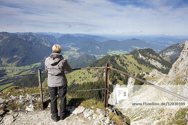Frau steht am Aussichtspunkt am Wendelstein  Mangfallgebirge  Voralpen  Oberbayern  Bayern  Deutschland  Europa