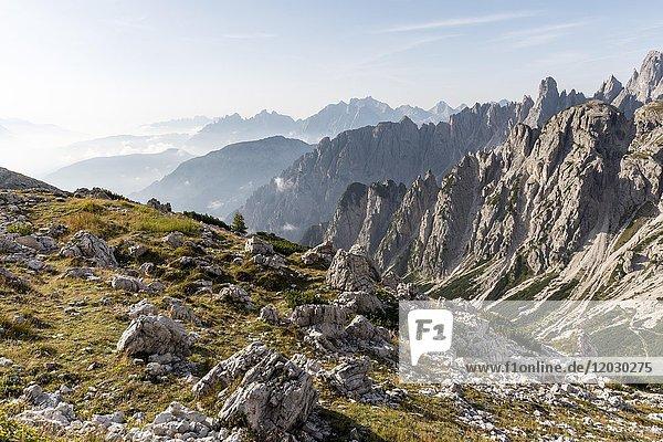 Blick ins Tal vom Wanderweg zu den Drei Zinnen  Sextner Dolomiten  Provinz Südtirol  Trentino-Südtirol  Alto-Adige  Italien  Europa