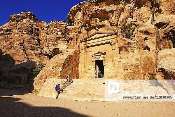 Wanderer in der Felsenkirche in Little Petra  Jordanien  Asien