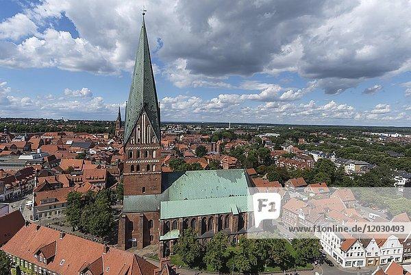 Ausblick vom ehemaligen Wasserturm auf die Altstadt mit St. Johanniskirche  Lüneburg  Niedersachsen  Deutschland  Europa