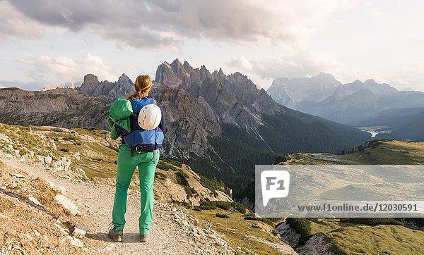 Wanderin Sonnenuntergang am Monte Campedelle und Col de le Bisse  Sextner Dolomiten  Südtirol  Trentino-Südtirol  Alto-Adige  Italien  Europa
