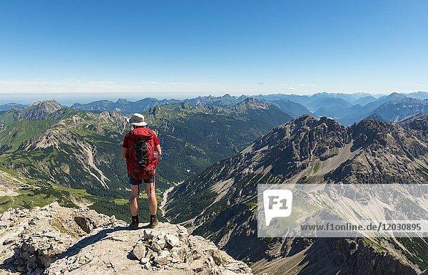 Wanderer blickt auf Berge und Alpen  Wanderweg zum Hochvogel  Kleiner Roßzahn  Allgäu  Allgäuer Hochalpen  Bayern  Deutschland  Europa