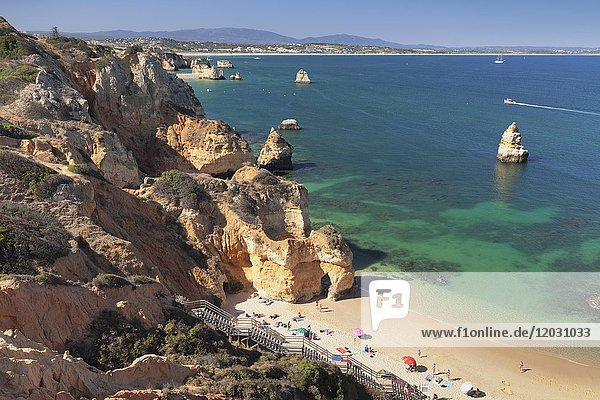 Schroffe Felsenküste  Praia do Camilio Strand  bei Lagos  Algarve  Portugal  Europa