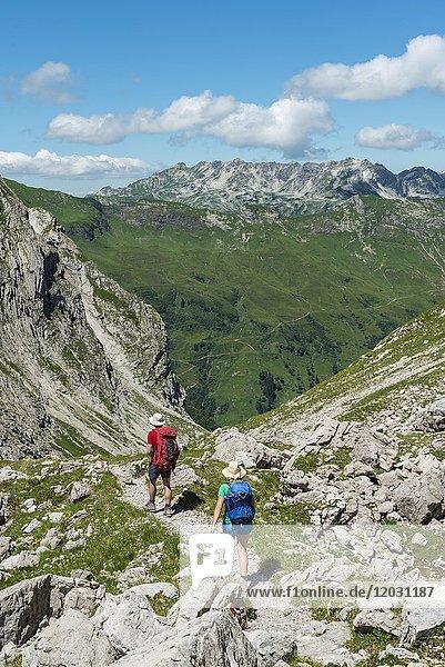 Wanderer auf einem Wanderweg vom Hochvogel zum Prinz Luitpold Haus  Bergächtle  Allgäu  Allgäuer Hochalpen  Bayern  Deutschland  Europa