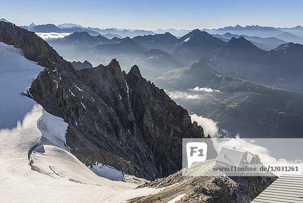 Aussicht von der Bergstation Punta Helbronner  unten Bergbaude Rifugio Torino  Mont Blanc- Massiv  Blick nach Osten zum Grande Rochère  3326 m  links am Horizont Matterhorn und Monte Rosa  Courmayeur  Valle d'Aosta  Autonome Region Aosta-Tal  Italien  Europa