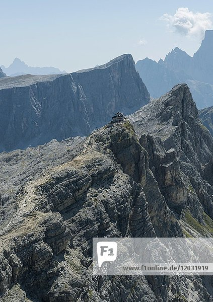 Blick auf Nuvolau Gipfel von Averau Gipfel aus  Dolomiten  Südtirol  Trentino-Alto Adige  Italien  Europa