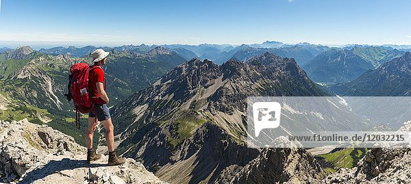 Wanderer blickt auf Berge und Alpen  Allgäu  Blick vom Hochvogel  mitte Kleiner Roßzahn  Allgäuer Hochalpen  Bayern  Deutschland  Europa