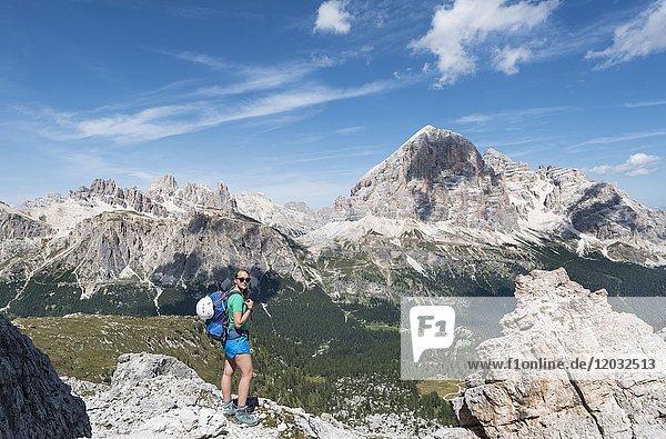 Frau auf Klettersteig zum Nuvolau und Averau  Blick auf Tofane  Dolomiten  Südtirol  Trentino-Alto Adige  Italien  Europa