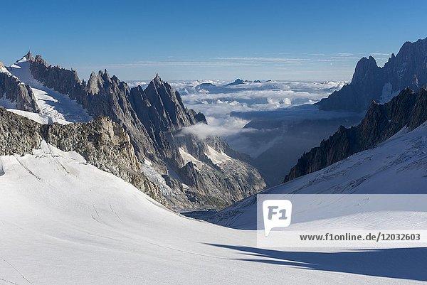 Fahrt mit Télécabine Panoramic Mont-Blanc  Gletscher Glacier du Geant  hinten Aiguille Verte mit Doppelgipfel Aiguille du Dru am Westgrat  Courmayeur  Valle d'Aosta  Autonome Region Aosta-Tal  Italien  Europa