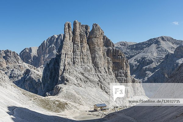 Abstieg vom Santner-Klettersteig  vorne Gartlhütte  hinten Kletterfelsen Vajolett-Türme  Rosengarten-Gruppe  Dolomiten  UNESCO Weltnaturerbe  Alpen  Südtirol  Trentino-Alto Adige  Italien  Europa