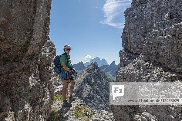 Frau auf Klettersteig zum Averau  Blick auf Nuvolau Gipfel  Dolomiten  Südtirol  Trentino-Alto Adige  Italien  Europa