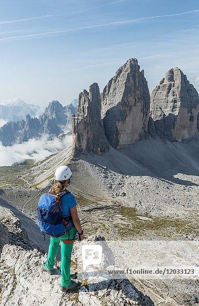 Wanderin am Gipfel vom Patternkofel  Nordwände der Drei Zinnen  Sextner Dolomiten  Provinz Südtirol  Trentino-Südtirol  Alto-Adige  Italien  Europa