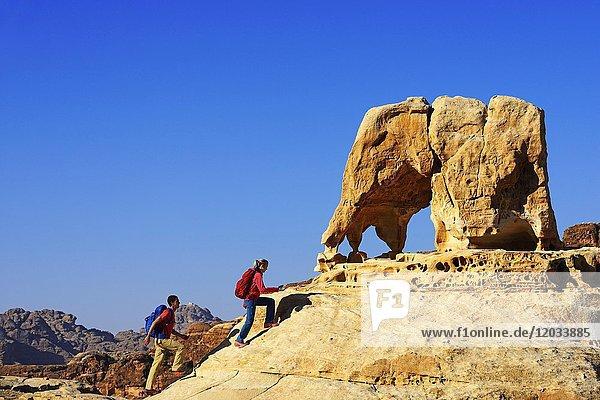 Wanderer besteigen den Elefantenfelsen bei Petra  Wadi Musa  Jordanien  Asien
