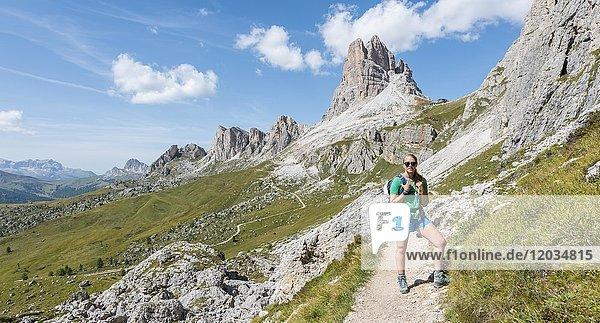 Wanderin  Blick auf Averau Gipfel  Dolomiten  Südtirol  Trentino-Alto Adige  Italien  Europa