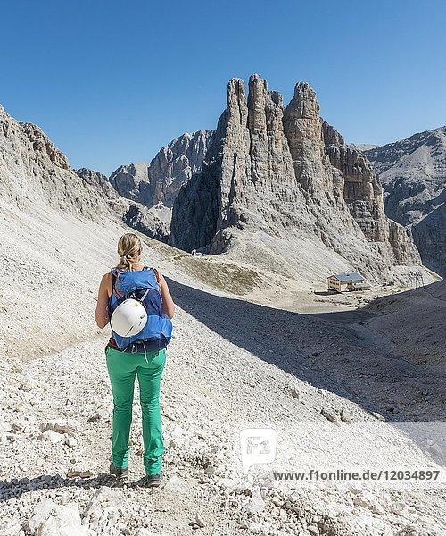 Wanderin am Abstieg vom Santner-Klettersteig  vorne Gartlhütte  hinten Kletterfelsen Vajolett-Türme  Rosengarten-Gruppe  Dolomiten  UNESCO Weltnaturerbe  Alpen  Südtirol  Trentino-Alto Adige  Italien  Europa