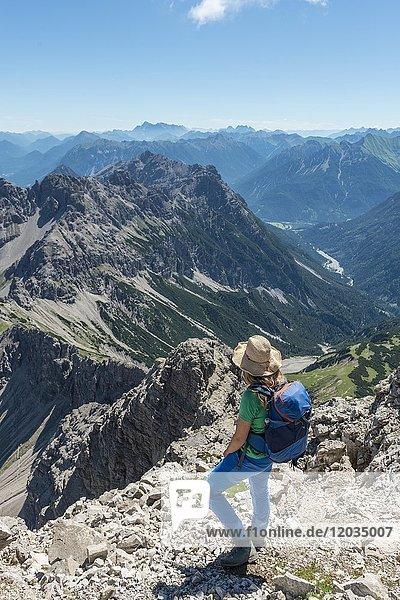 Wanderin blickt auf Berge und Alpen  Wanderweg zum Hochvogel  Kleiner Roßzahn  Allgäu  Allgäuer Hochalpen  Bayern  Deutschland  Europa