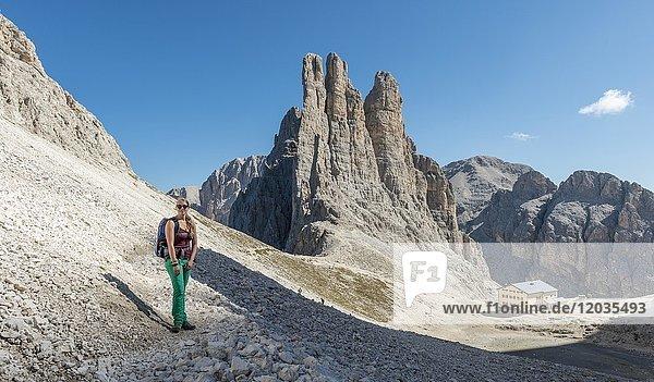 Wanderin am Abstieg vom Santner-Klettersteig,  vorne Gartlhütte,  hinten Kletterfelsen Vajolett-Türme,  Rosengarten-Gruppe,  Dolomiten,  UNESCO Weltnaturerbe,  Alpen,  Südtirol,  Trentino-Alto Adige,  Italien,  Europa