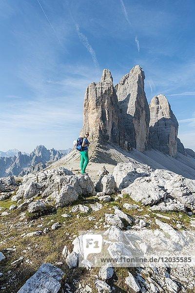 Wanderin am Paternsattel  Nordwände der Drei Zinnen  Sextner Dolomiten  Provinz Südtirol  Trentino-Südtirol  Alto-Adige  Italien  Europa