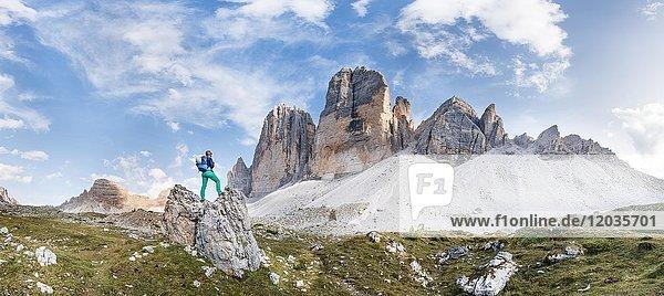 Wanderin steht auf Felsen  Nordwände der Drei Zinnen  Sextner Dolomiten  Provinz Südtirol  Trentino-Südtirol  Alto-Adige  Italien  Europa