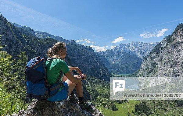 Ausblick auf den Obersee und Königsee  Wanderin auf dem Röthsteig  hinten Watzmann  Berchtesgaden  Oberbayern  Bayern  Deutschland  Europa