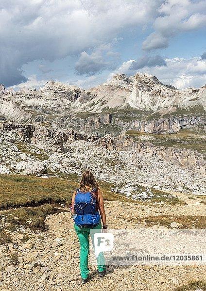Frau auf Wanderweg zum Passo Cir  Naturpark Puez-Geisler  Dolomiten  Selva di Val Gardena  Südtirol  Trentino-Alto Adige  Italien  Europa