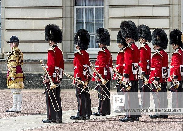 Musikkapelle  Wachmänner der königlichen Garde mit Bärenfellmütze  Changing the Guard  Traditioneller Wachwechsel  Buckingham Palace  London  England  Großbritannien  Europa