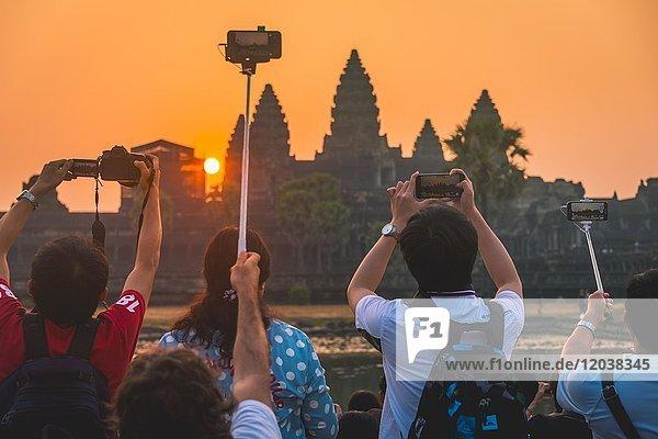 Touristen fotografieren Angkor Wat,  Sonnenaufgang,  Angkor Wat,  Angkor Archaeological Park,  Provinz Siem Reap,  Kambodscha,  Asien