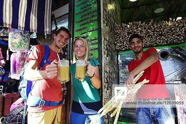 Tourist trinken Zuckerrohr-Sirup  Al Balat  Amman  Jordanien  Asien