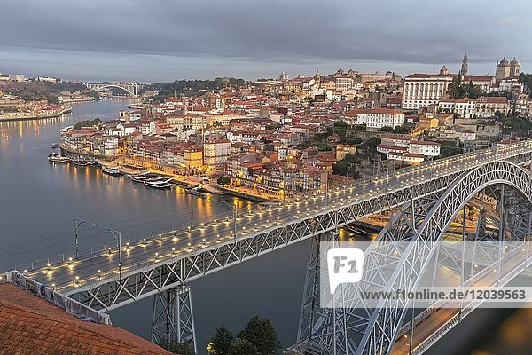 Altstadt und Brücke  Bogenbrücke Ponte Dom Luís I über den Douro  Porto  Portugal  Europa