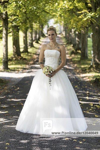 Junge blonde Frau im weissen Brautkleid  Schweiz  Europa