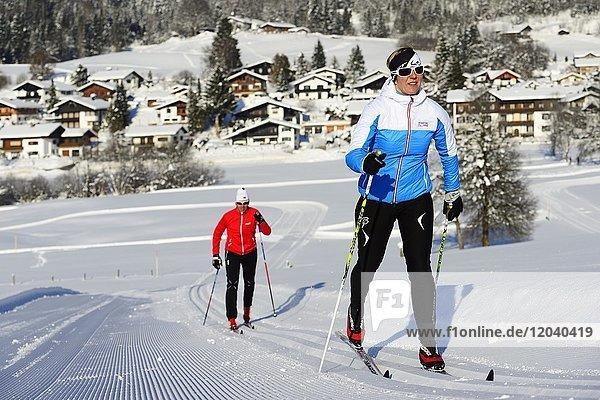 Klassische Langläufer in der Loipe  Langlaufstadion  Reit im Winkl  Chiemgau  Oberbayern  Bayern  Deutschland  Europa
