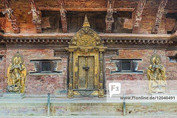 Ganga River Göttin Statue auf beiden Seiten des Goldenen Tores  Mul Chowk  Hanuman Dhoka Königspalast  Patan Durbar Square  Unesco Weltkulturerbe  Kathmandu Tal  Lalitpur  Nepal  Asien