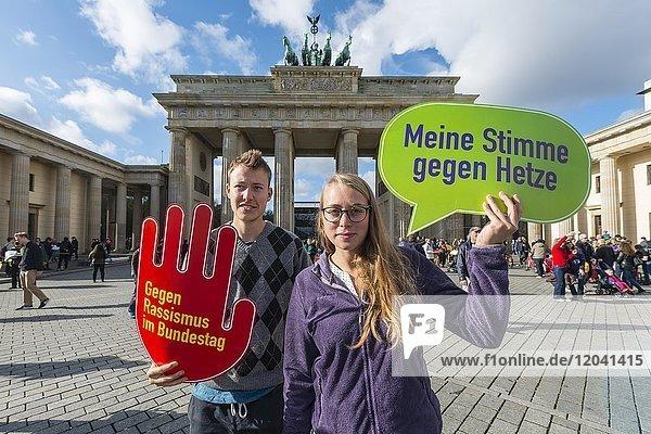 Zwei Studenten mit Schild Meine Stimme gegen Hetze  Gegen Rassismus im Bundestag  Anti AFD-Demo  Brandenburger Tor  Berlin  Deutschland  Europa