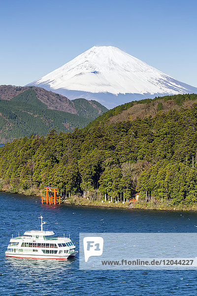 Lake Ashinoko with Mount Fuji behind  Fuji-Hakone-Izu National Park  Hakone  Shizuoka  Honshu  Japan  Asia