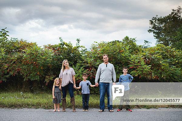 Fünfköpfige Familie genießt die freie Natur