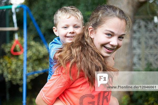 Bildnis eines jungen Mädchens  das einen kleinen Bruder auf dem Rücken trägt