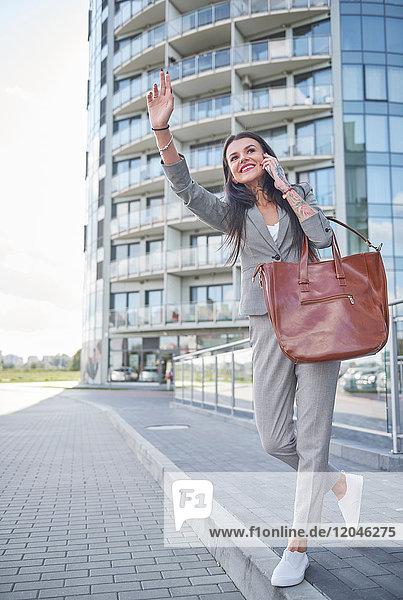 Geschäftsfrau im Freien  benutzt Smartphone  ruft Taxi