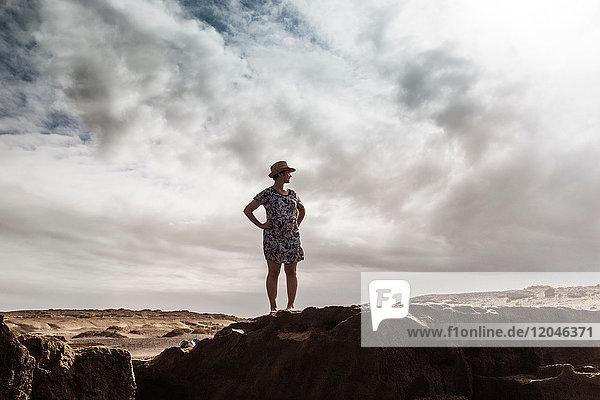 Frau steht auf Felsen und schaut auf die Aussicht  Santa Cruz de Tenerife  Kanarische Inseln  Spanien  Europa