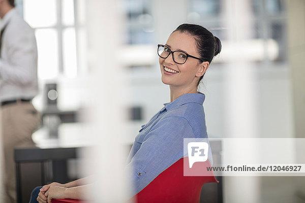 Porträt einer jungen Büroangestellten