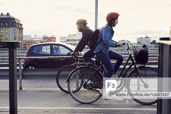 Seitenansicht der Radfahrer auf der Straße gegen den Himmel