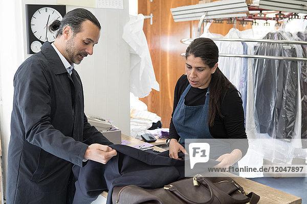 Reife Kundin und Besitzerin sucht Anzug im Waschsalon