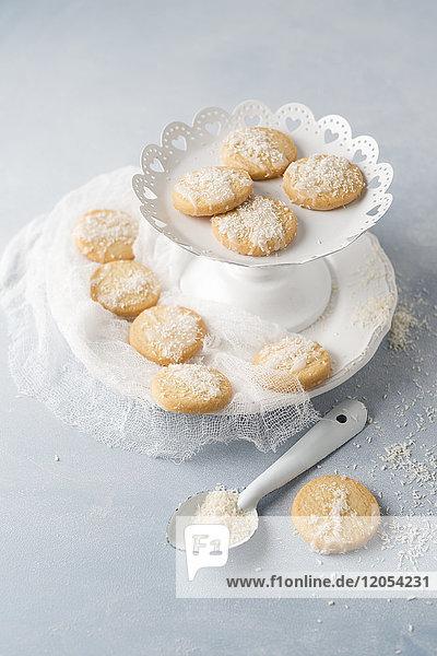 Kekse mit Zuckerguss und Kokosflocken