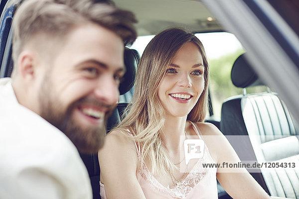 Glückliches junges Paar im Auto