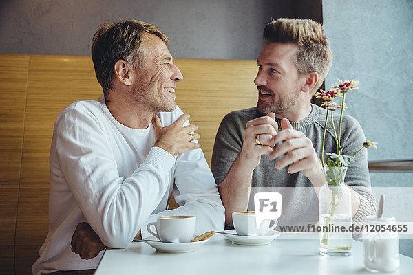 Schwules Paar beim Kaffeetrinken