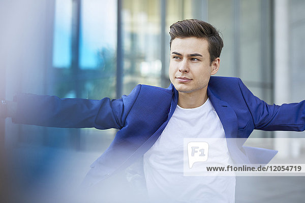 Porträt eines jungen Mannes mit blauer Jacke