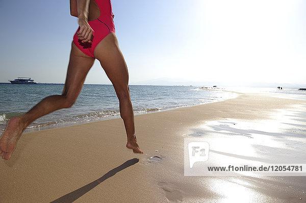 Ägypten  Soma Bay  Frau  die am Strand rennt