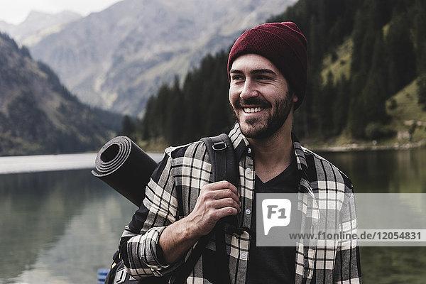 Österreich  Tirol  Alpen  Porträt des lächelnden Mannes am Bergsee