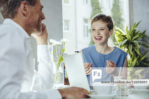 Geschäftsmann und Geschäftsfrau bei einem Treffen in einem Cafe